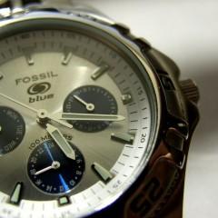 Moda na zegarki z metalowymi bransoletkami i z tłoczonymi paskami z połyskującej skóry